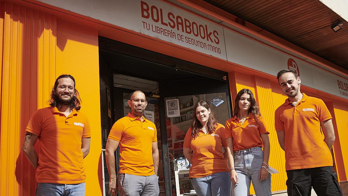 Trabajadores de la librería Bolsabooks.co en la calle Esquíroz de Pamplona. PABLO LASAOSA.