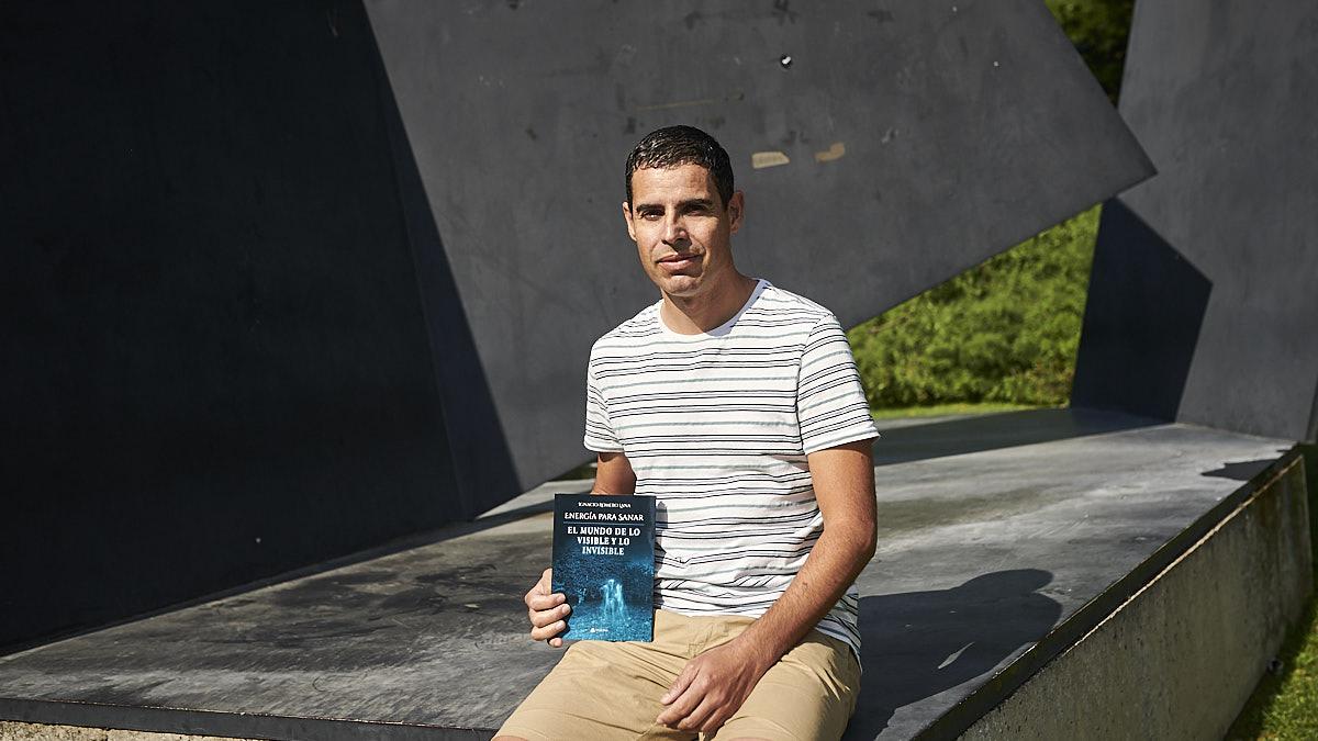 Ignacio Romero Lana posa junto a su libro en la UPNA