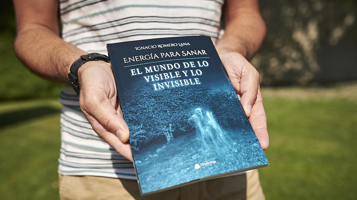 Ignacio Romero Lana sostiene su libro publicado por la editorial Círculo Rojo
