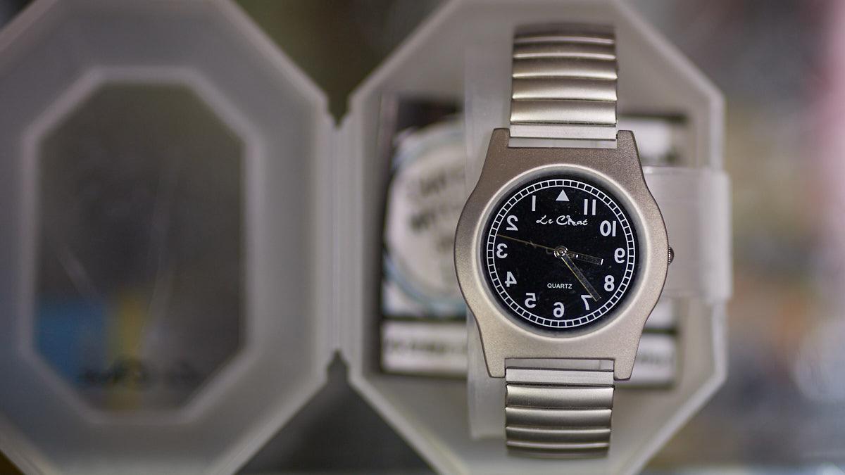 Reloj adaptado para zurdos, el Rincón del Zurdo en la Calle San Francisco, 34 de Pamplona. MIGUEL OSÉS