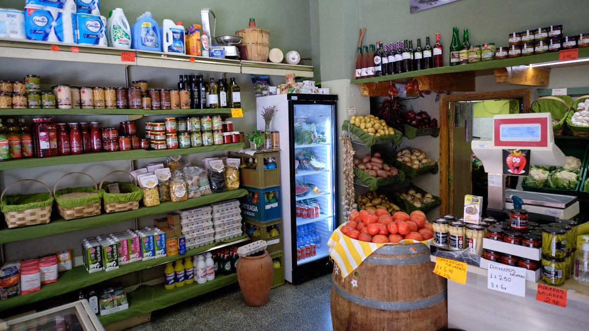 Interior de la tienda 'Comestibñes Ibáñez' en el barrio de Iturrama