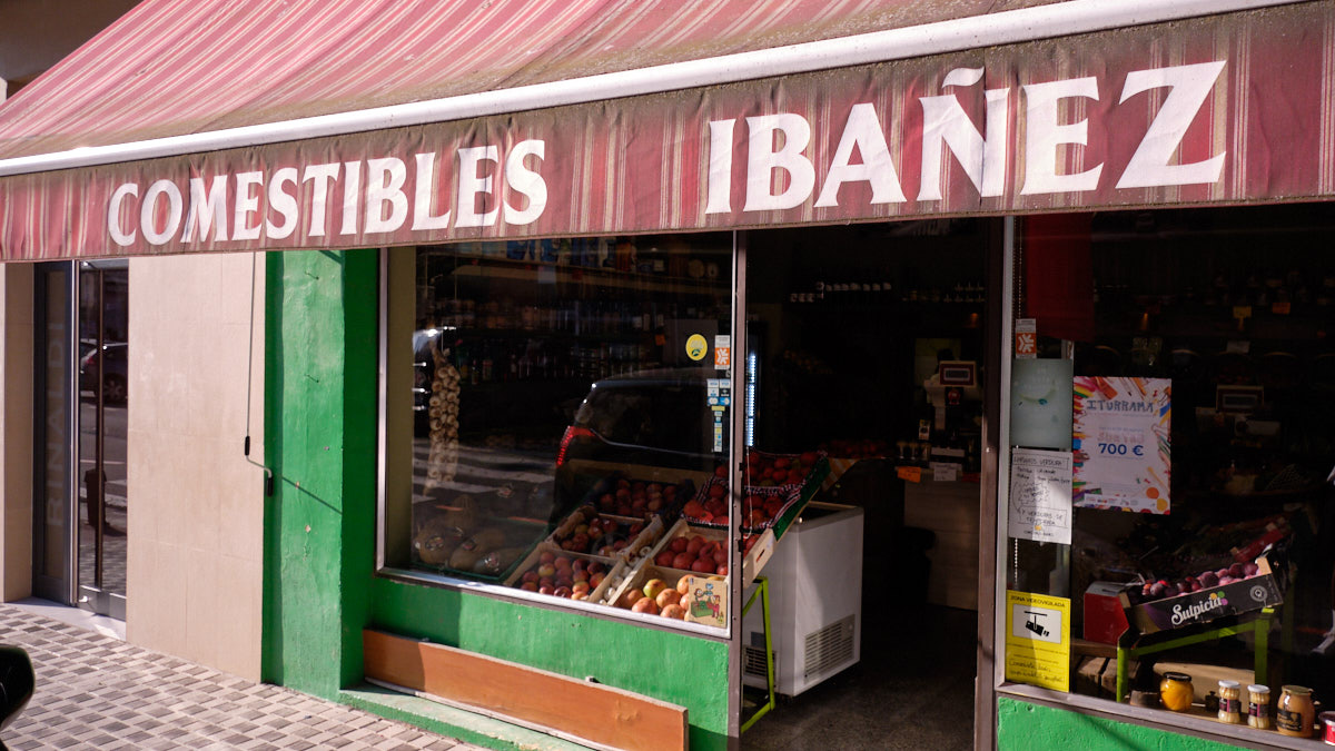 Exterior de la tienda con el toldo bajado en el barrio de Iturrama