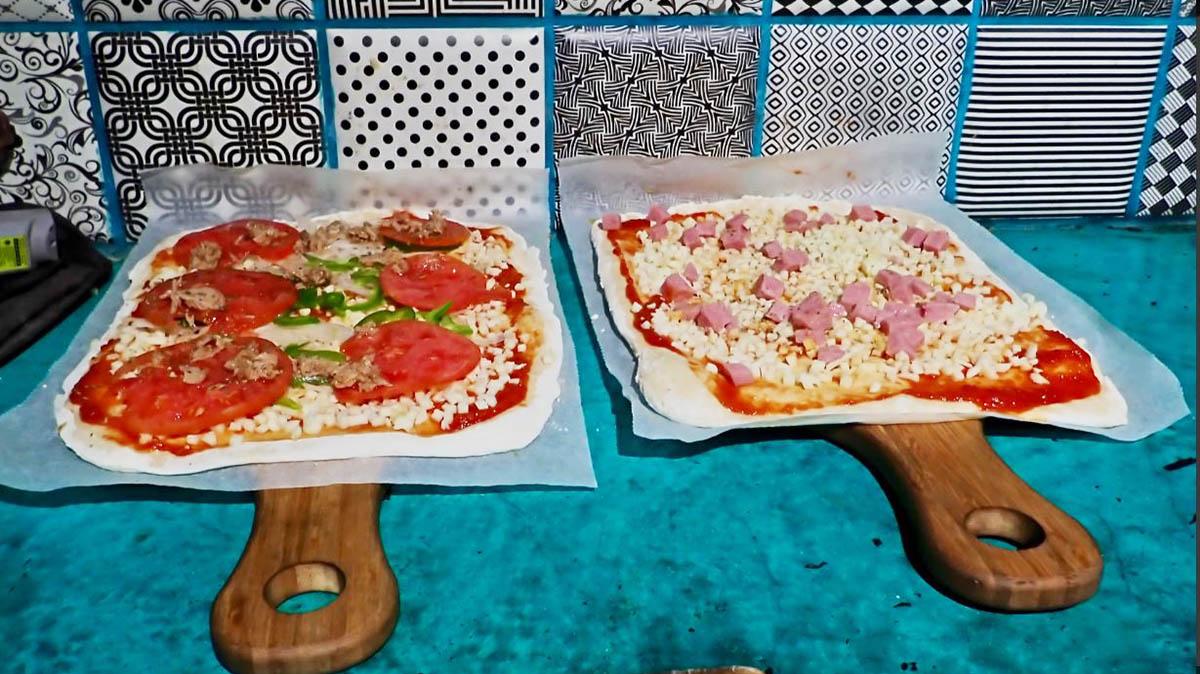 Pizzas preparadas para colocarlas dentro del horno de leña. La Panpinela