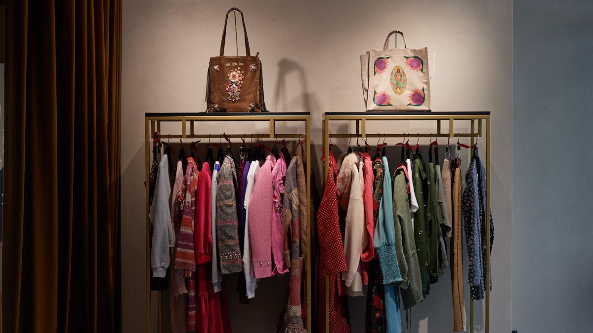 Expositores de la tienda de ropa Damisela en Apuros en la calle Paulino Caballero, 38. MIGUEL OSÉS