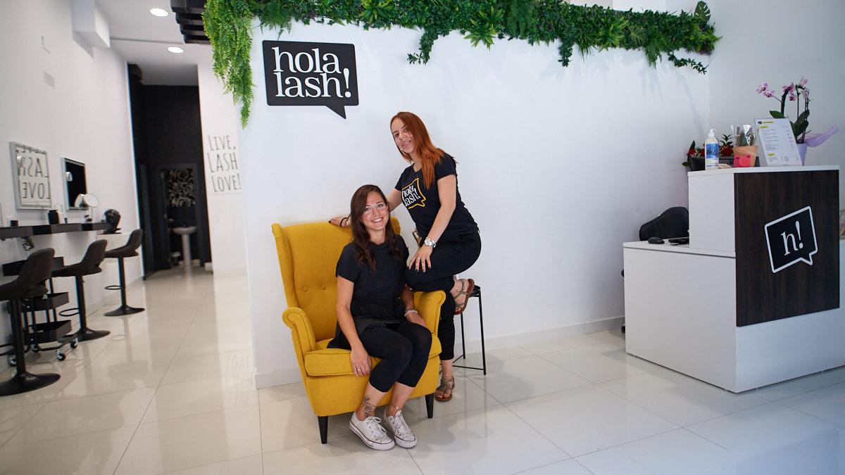 Andrea Idrobo y Estela Gorráiz, trabajadoras de Holalash, en la calle Tafalla, 20. MIGUEL OSÉS