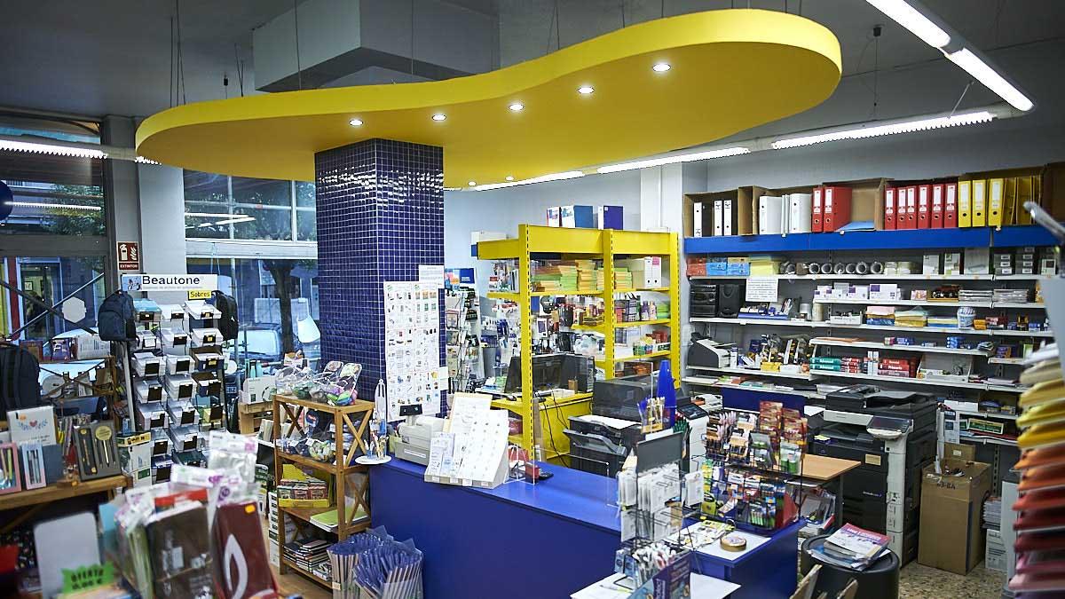 Interior de la papelería Cairo en el barrio de Iturrama. PABLO LASAOSA</strong>