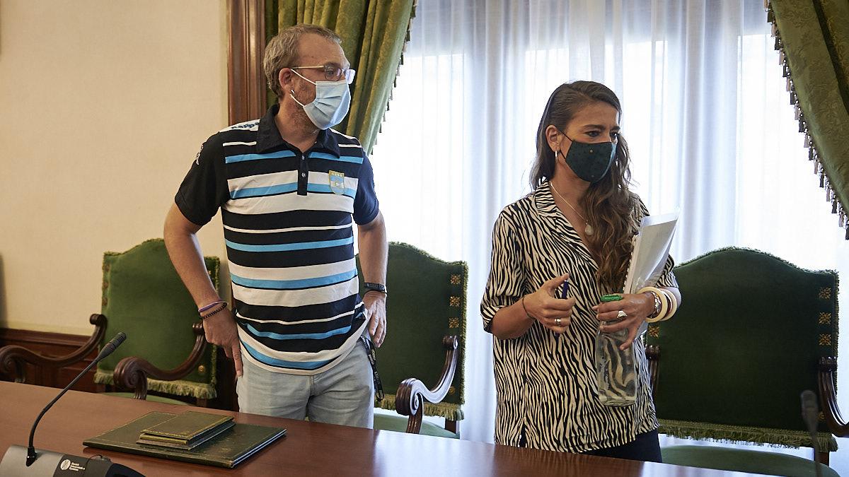 Endika Alonso junto a Maider Beloki, de EH Bildu, minutos antes del comienzo del pleno extraordinario del Ayuntamiento de Pamplona. PABLO LASAOSA