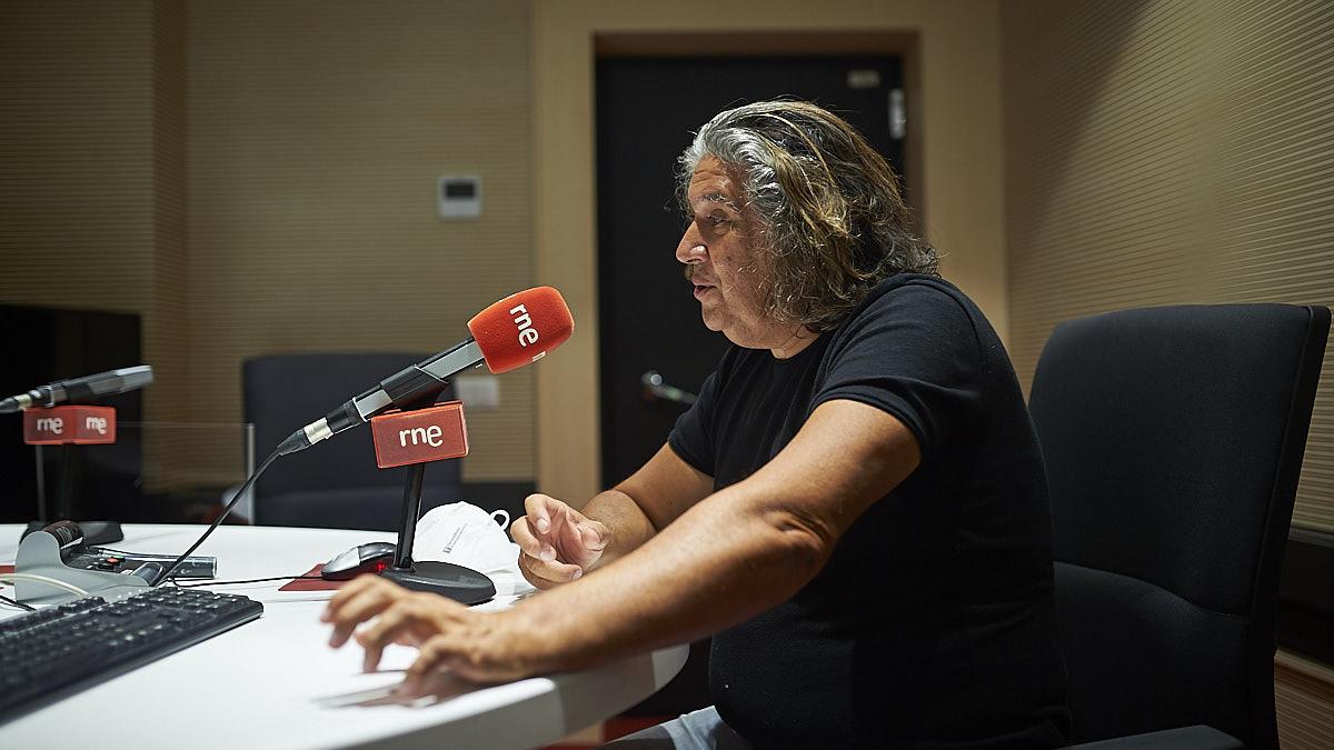Pablo Ramos junto al micrófono de Rne Navarra en los estudios de Pamplona. PABLO LASAOSA