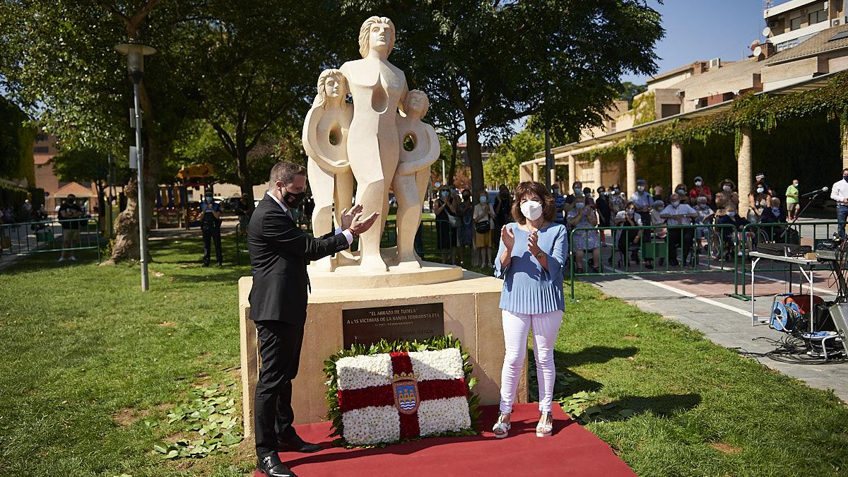 Acto de inauguración del monumento 'El abrazo de Tudela' en recuerdo de las víctimas del terrorismo en el Paseo del Queiles de Tudela. PABLO LASAOSA