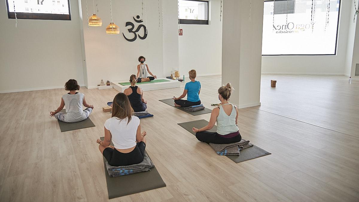 Amplia sala para disfrutar de las sesiones en el YogaOne Arrosadía. PABLO LASAOSA