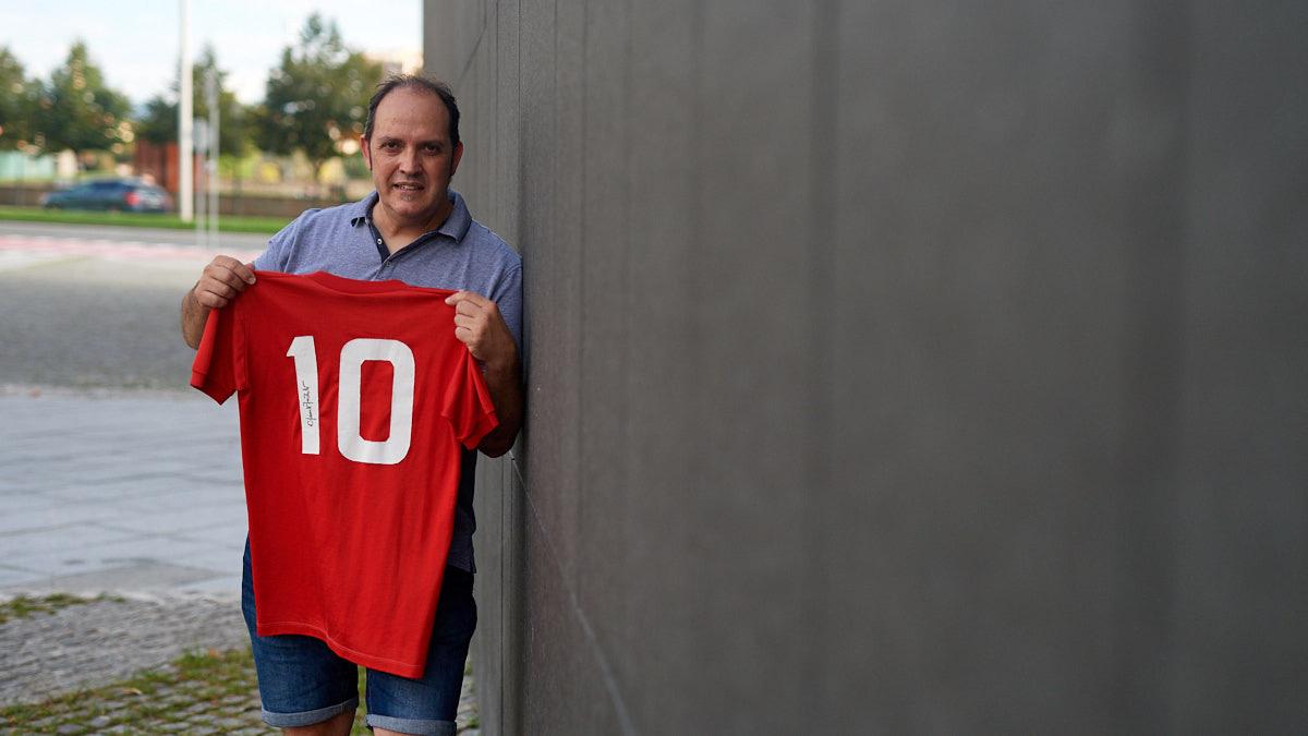 Txema García sostiene la camiseta firmada de Clemente Iriarte con el número diez. MIGUEL OSÉS