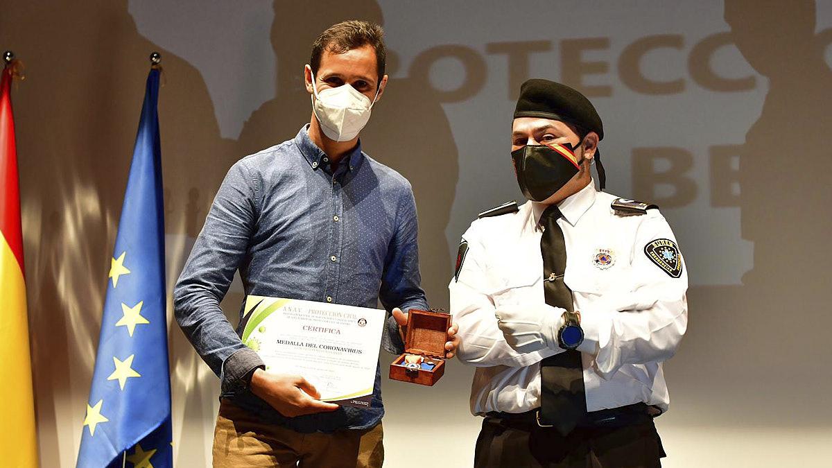 El fotógrafo y colaborador de NAVARRA.COM, Pablo Lasaosa, recoge el galardón que le reconoce por su trabajo durante la pandemia.