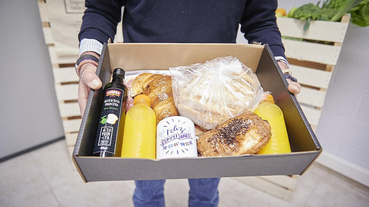 Pack de productos que se ofrecen para celebrar un desayuno de cumpleaños. PABLO LASAOSA