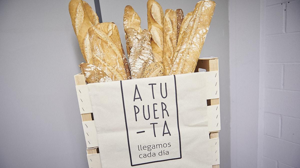 Bolsa con los diferentes tipos de panes que se llevan a domicilio. PABLO LASAOSA