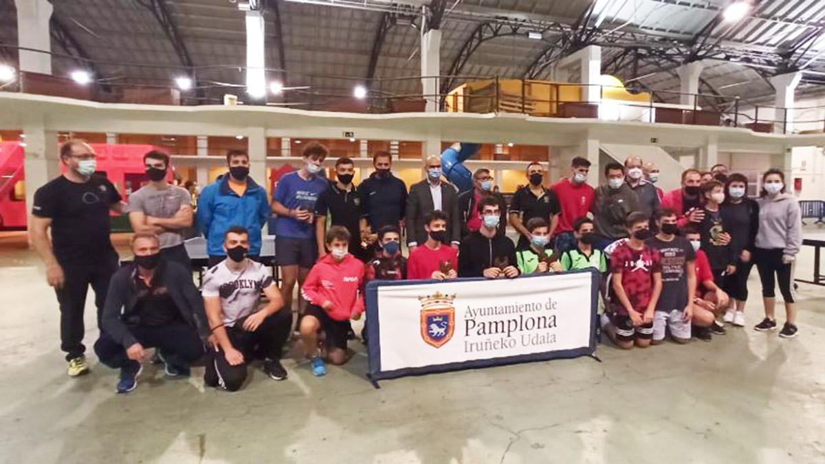 Participantes y organizadores de las 12 horas de tenis de mesa. Navarra.com