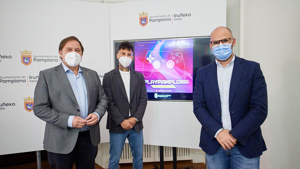 Fernando Sesma, Rubén García y Fernando Aranguren presentan el evento de ocio digital '#Play Pamplona Game-Fest'. MIGUEL OSÉS