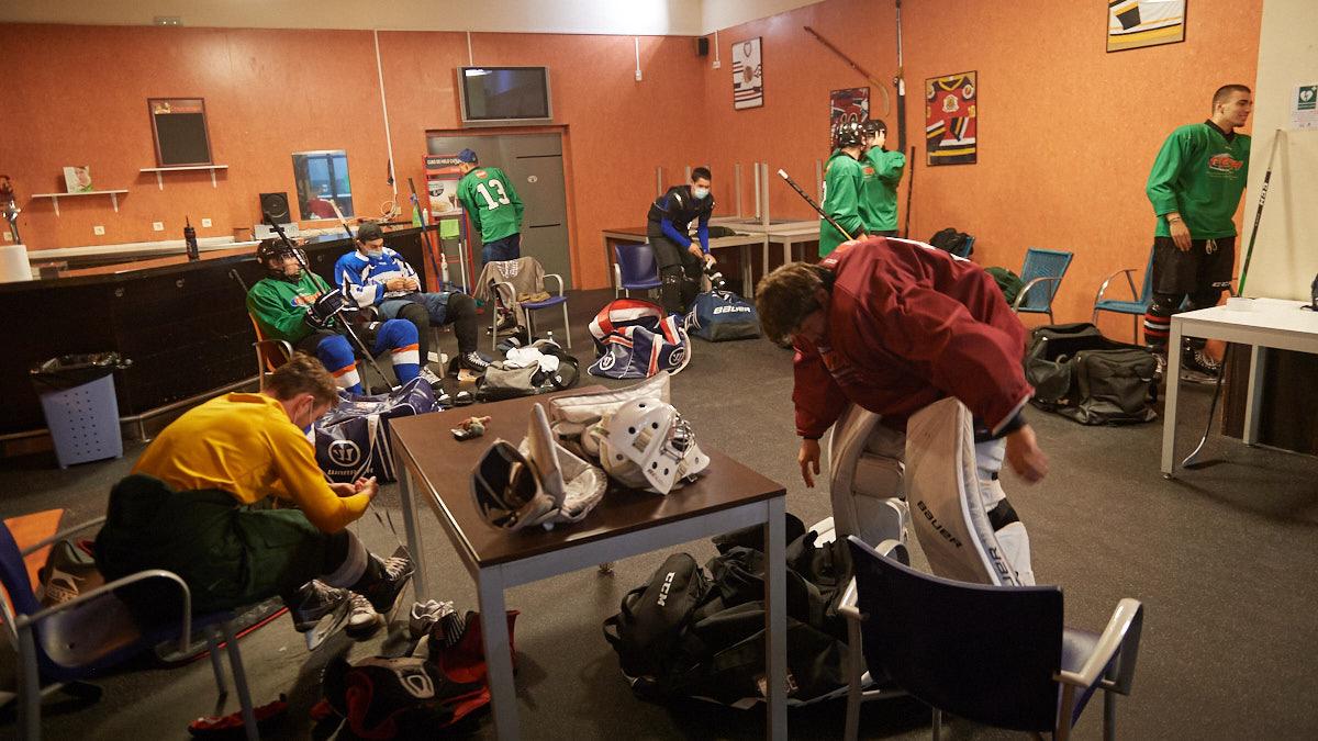 Los jugadores del Kosner Club de Hielo Huarte preparándose antes de un entrenamiento. MIGUEL OSÉS