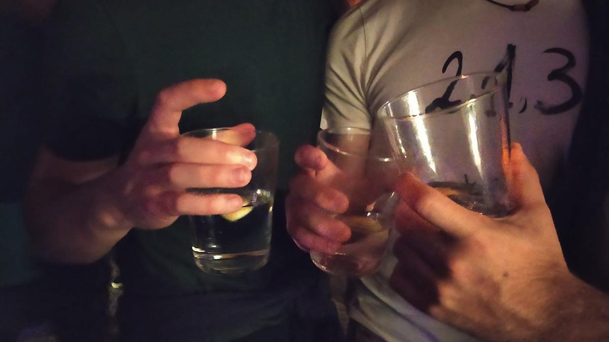 Varios jóvenes sujetan un cubata en sus manos en un bar de Pamplona. NAVARRA.COM