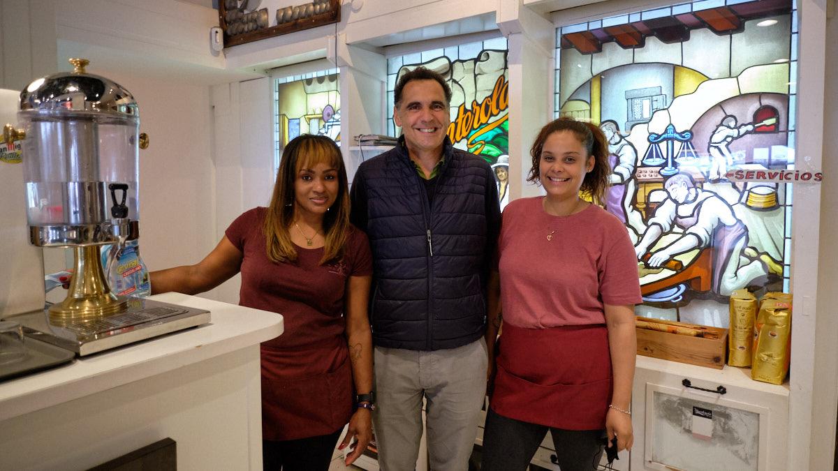 Mikel Manterola posando con dos de sus empleadas en el interior de la pastelería. MIGUEL OSÉS