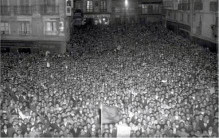 Una multitud concentrada en la Plaza Consistorial de Pamplona asiste el 14 de abril de 1931 a la proclamación de la II República (Zaragüeta)